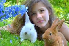 Fille avec des lapins Photographie stock