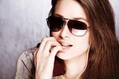 Fille avec des lunettes de soleil Photographie stock