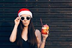 Fille avec des lunettes de soleil tenant la boisson de cocktail à la fête de Noël Photos stock