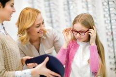 Fille avec des lunettes se regardant dans le miroir photos libres de droits