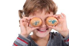 Fille avec des oeufs pour des yeux Photographie stock libre de droits