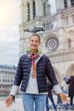 Fille avec des oiseaux près de cathédrale de Notre Dame de Paris à Paris, France Photographie stock