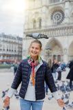 Fille avec des oiseaux près de cathédrale de Notre Dame de Paris à Paris, France Image libre de droits
