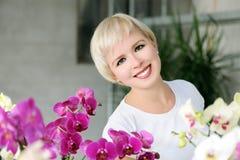 Fille avec des orchidées Photos stock