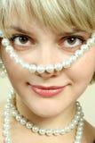 Fille avec des perles Images libres de droits