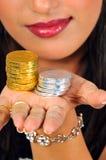 Fille avec des pièces de monnaie