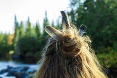 Fille avec des plumes dans ses cheveux photos stock