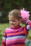 Fille avec des plumes dans ses cheveux images stock
