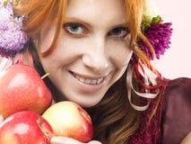 Fille avec des pommes Photos libres de droits