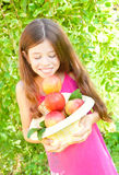 Fille avec des pommes Photographie stock