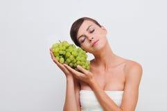 Fille avec des raisins verts. Images libres de droits
