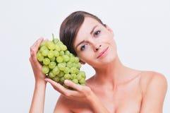 Fille avec des raisins verts. Image stock