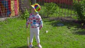 Fille avec des raquettes de badminton clips vidéos
