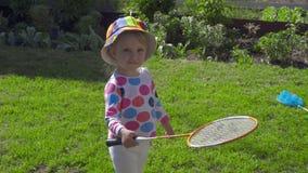 Fille avec des raquettes de badminton banque de vidéos