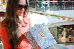 Fille avec des sacs marchant avec son amie au mail et à l'achat Photo libre de droits