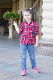 Fille avec des tresses dans des jeans Photographie stock