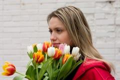 Fille avec des tulipes photographie stock libre de droits