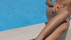 Fille avec des verres dans un maillot de bain près de la piscine banque de vidéos