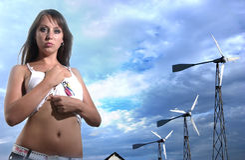 Fille avec des windgenerators contre le ciel opacifié Photos libres de droits