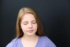 Fille avec des yeux fermés Photo libre de droits