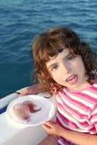 Fille avec deux méduses en mer de bleu de bateau photographie stock libre de droits