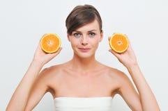 Fille avec deux oranges. Images stock