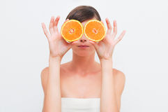 Fille avec deux oranges. Photos stock