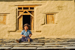 Fille avec deux queues de cheval au Népal Images stock