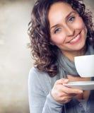 Fille avec du café ou le thé Photographie stock libre de droits