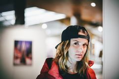 Fille avec du charme à la mode dans la veste rouge utilisant le chapeau élégant photo stock