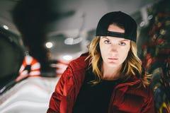 Fille avec du charme à la mode dans la veste rouge utilisant le chapeau élégant avec le visage songeur photos stock