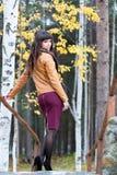 Fille avec du charme dans la forêt d'automne. images libres de droits