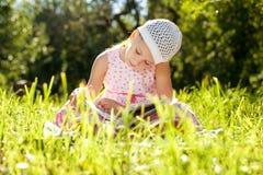 Fille avec du charme dans le chapeau affichant un livre image libre de droits
