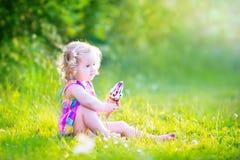 Fille avec du charme mangeant la crème glacée dans le jardin ensoleillé Photo libre de droits