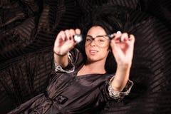 Fille avec du charme se trouvant avec les mains tendues Femme montrant ses verres Photos libres de droits