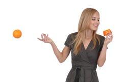 Fille avec du savon et l'orange Image stock