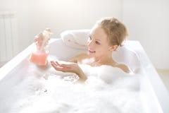Fille avec du savon liquide photo stock
