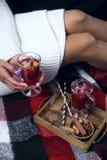 Fille avec du vin chaud de Noël Images libres de droits