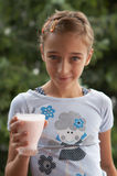 Fille avec du yaourt Image stock