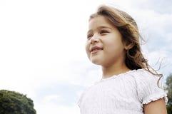 Fille avec en le parc avec le ciel bleu. image libre de droits