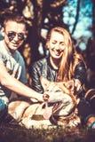Fille avec l'ami et son chien enroué extérieur dans la forêt Images stock