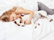Fille avec l'animal familier à la maison Image stock