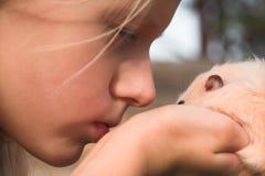Fille avec l'animal familier Image libre de droits