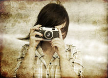 Fille avec l'appareil-photo à la mer. Photographie stock