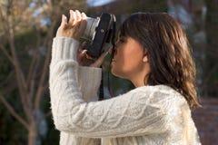 Fille avec l'appareil-photo de photo de SLR Images libres de droits