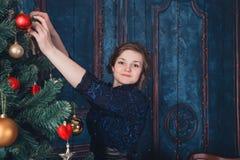 Fille avec l'arbre de Noël Photos libres de droits