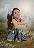 Fille avec l'arc bleu Photographie stock