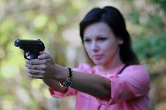 Fille avec l'arme à feu Images stock
