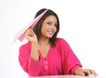 fille avec l'avion de papier rose Photographie stock libre de droits