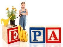 Fille avec l'environnement EPA de fleurs Images libres de droits